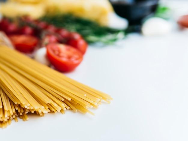Composizione di vari ingredienti di pasta