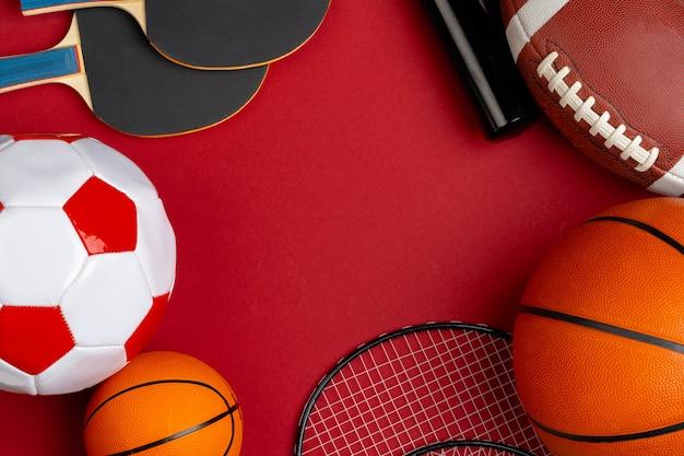 Composizione di varie attrezzature sportive per fitness e giochi