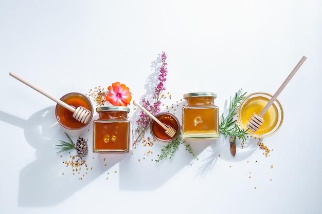 Composizione di vasetti di miele con bastoncini di miele