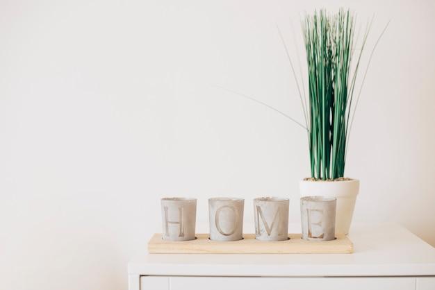 Composizione di vasi di piante con la nota di casa