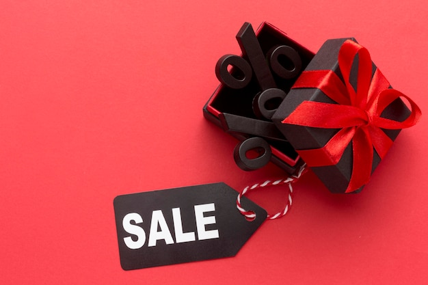 Composizione di vendita venerdì nero piatto laici su sfondo rosso