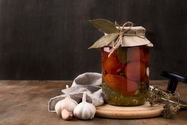 Composizione di verdure in salamoia