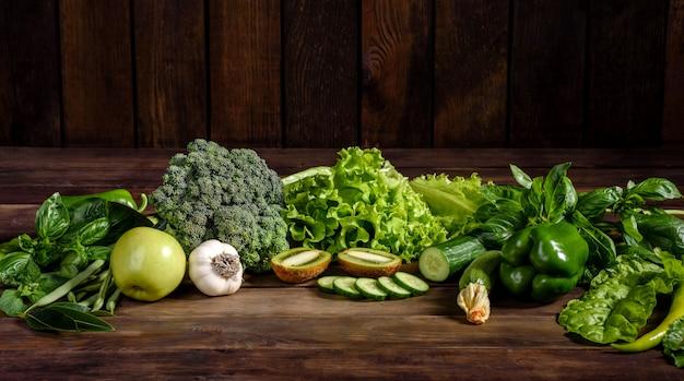 Composizione di verdure, spezie ed erbe verdi luminose e succose
