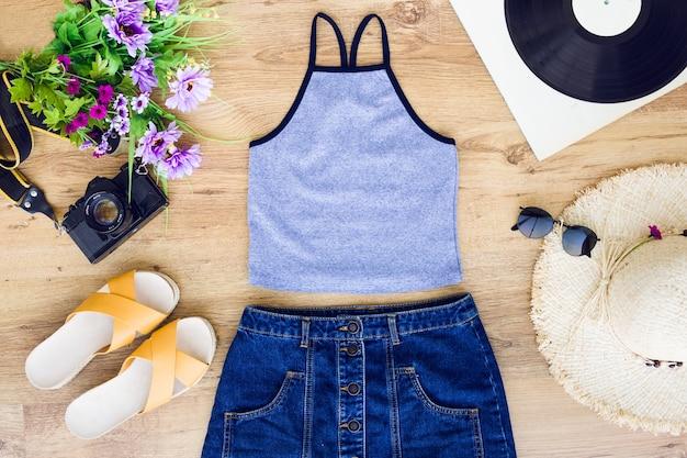 Composizione di vestiti estivi
