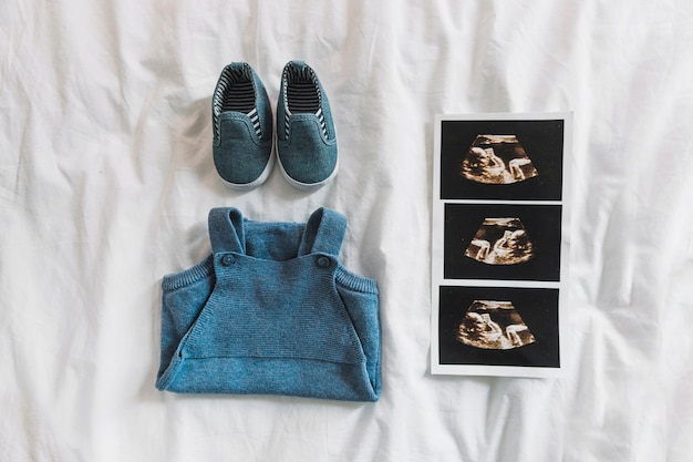 Composizione di vestiti per il bambino