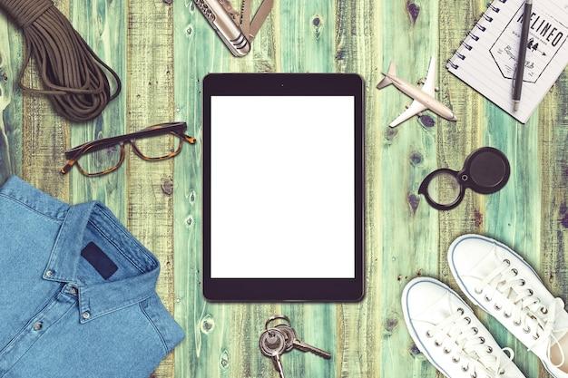 Composizione di viaggio con tablet, abbigliamento, giocattoli e attrezzatura da viaggio