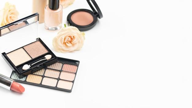 Composizione differente nei prodotti di bellezza dell'angolo alto con lo spazio della copia