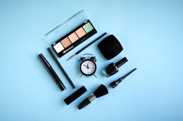 Composizione differente nei prodotti di bellezza su fondo blu