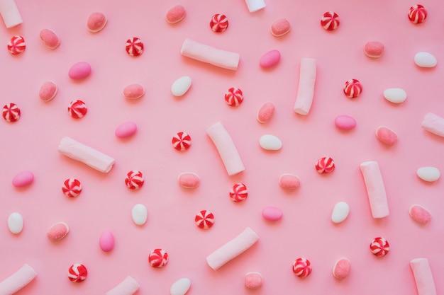 Composizione divertente con caramelle, caramelle e dolci