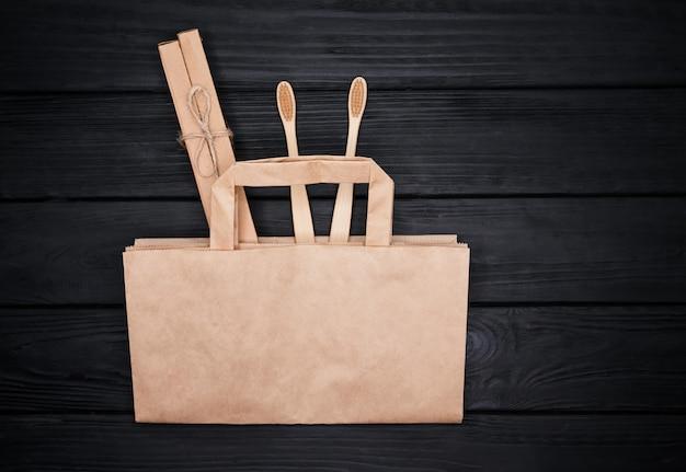 Composizione ecologica con spazzolino e sacchetto di carta