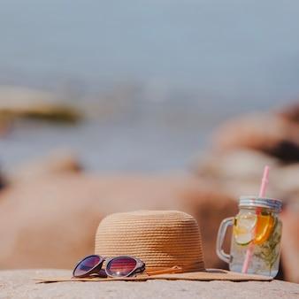 Composizione estate con occhiali da sole e cappello