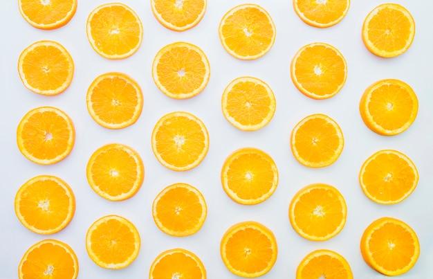 Composizione estiva con fette di arancia