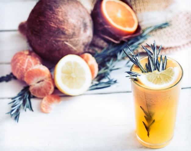 Composizione estiva con succo d'arancia fresco