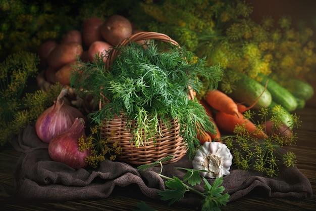 Composizione estiva di verdure mature e aneto
