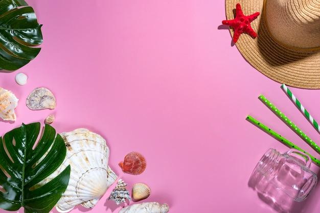 Composizione estiva foglie di palme tropicali, cappello, conchiglie su sfondo viola pastello