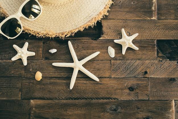 Composizione estiva sul tavolo di legno. concetto di vacanze e viaggi