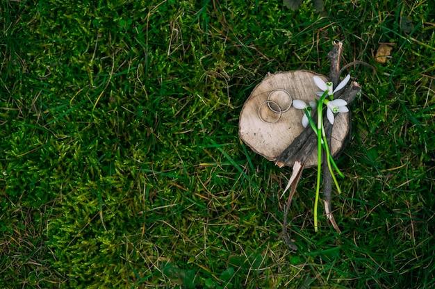 Composizione, fede nuziale e bouquet di bucaneve