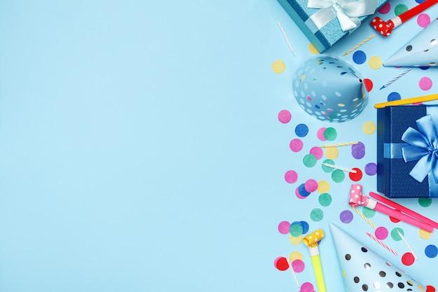 Composizione festa di compleanno tappi coriandoli.