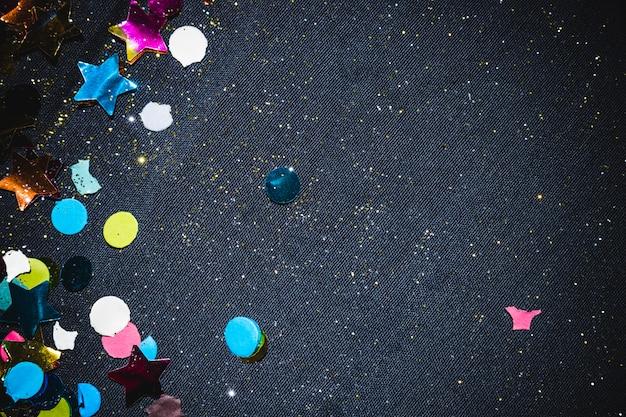 Composizione festiva di coriandoli colorati