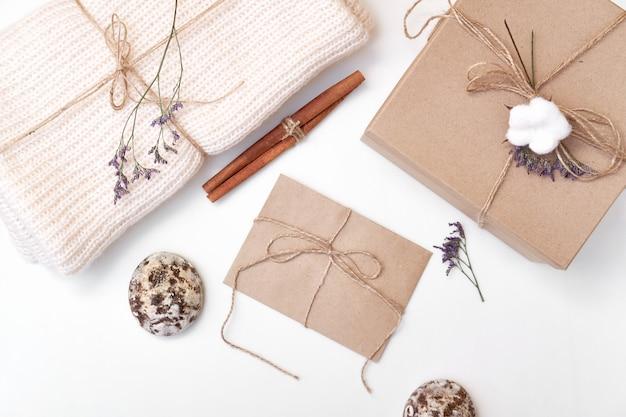 Composizione festosa con accessori fatti a mano