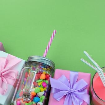 Composizione festosa set di scatole regalo con palle cocktail materiali da cocktail.
