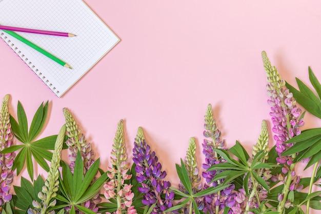 Composizione floreale design piatto primavera di fiori di lupino blu