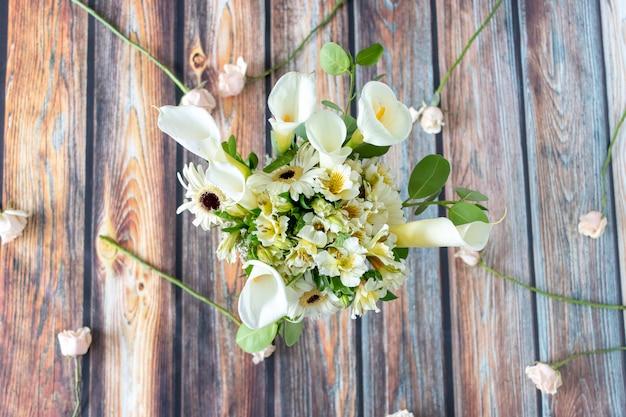 Composizione floreale di calle lilly e gerberas