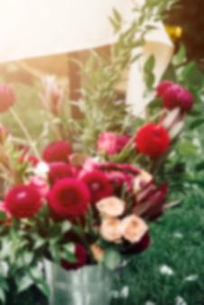 Composizione floreale di chiaroscuro lunatico, garofani rossi e viola