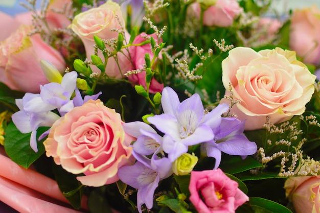Composizione floreale di lusso. fiori in una scatola. romantico regalo in fiore.