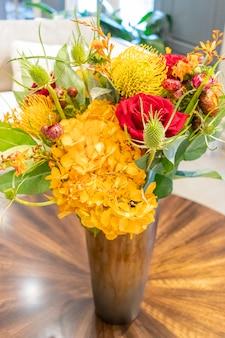 Composizione floreale di rose e garofani che decorano il salotto di casa