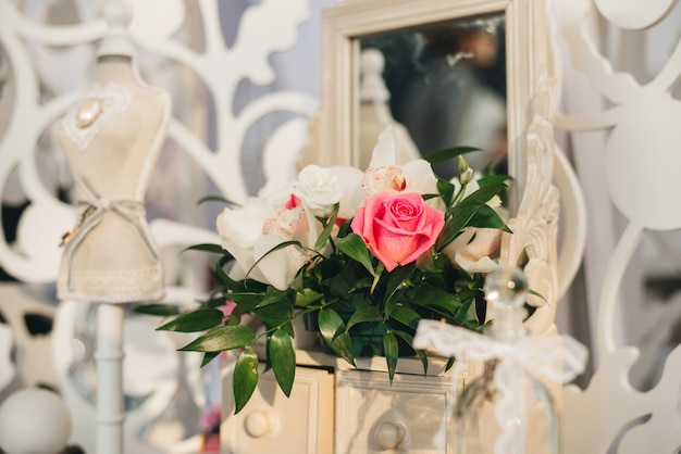 Composizione floreale di rose rosa e orchidee nella decorazione di un matrimonio o appartamento in stile provenzale