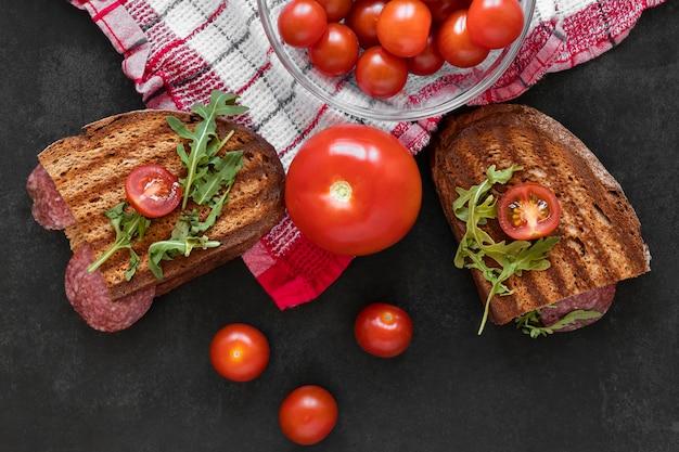 Composizione fresca nei panini su fondo nero
