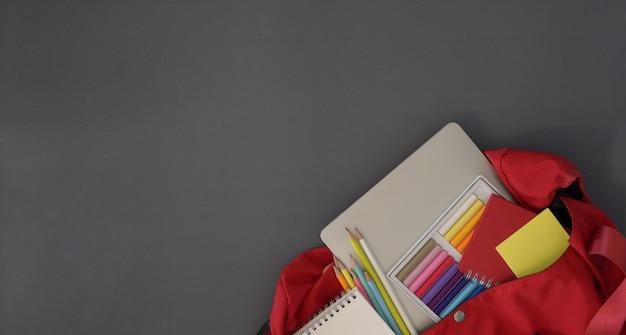 Composizione girata con materiale scolastico