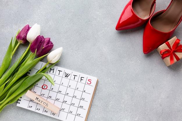Composizione in concetto del giorno delle donne con il calendario