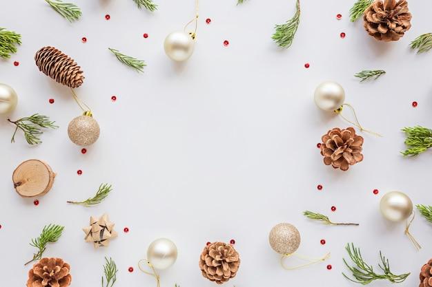 Composizione in natale con le bagattelle, rami dell'abete su bianco. concetto di nuovo anno.