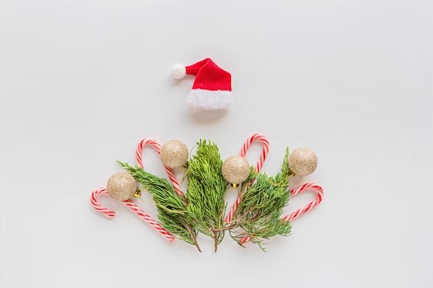 Composizione in natale con rami di abete, bastoncini di zucchero su bianco. concetto di nuovo anno.