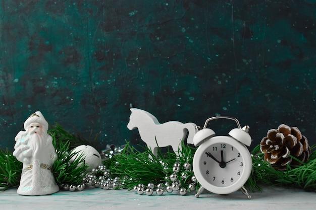 Composizione in natale con rami di pino e decorazioni natalizie bianche