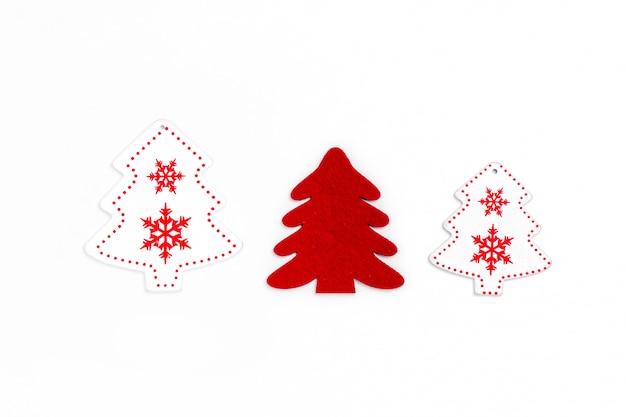 Composizione in natale e nel nuovo anno dagli alberi di chrismas su fondo di carta. vista dall'alto, disteso, copia spazio