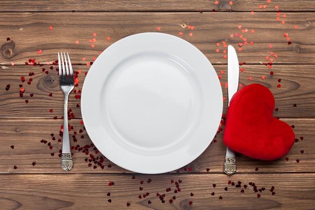 Composizione in san valentino sul tavolo di legno