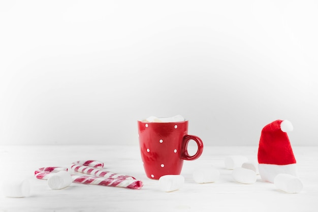 Composizione invernale di bevanda calda e marshmallow
