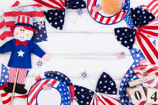 Composizione luminosa dei simboli di indipendenza con la bandiera americana