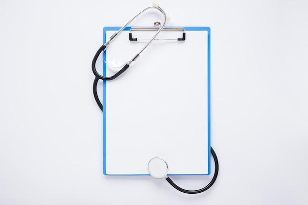 Composizione medica laico piatto con modello di appunti