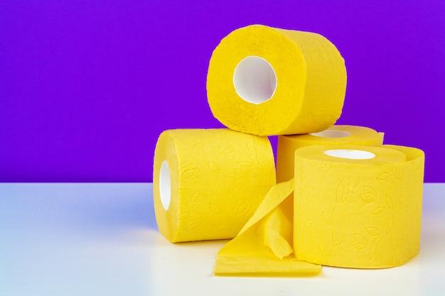 Composizione minimalista di rotoli di carta igienica giallo brillante