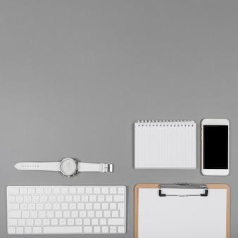 Composizione minimalista sulla scrivania con spazio di copia