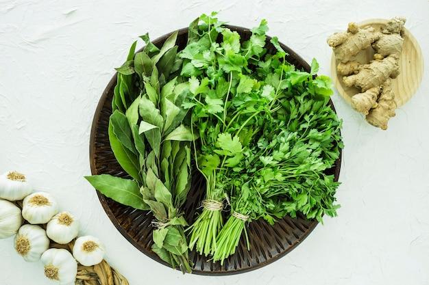 Composizione moderna cucina con ingredienti sani