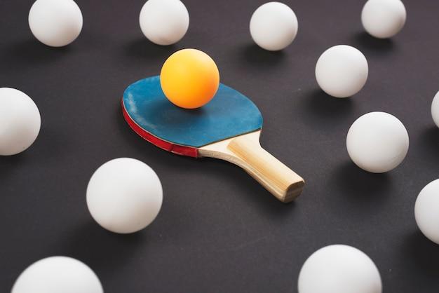 Composizione moderna di attrezzature da ping-pong