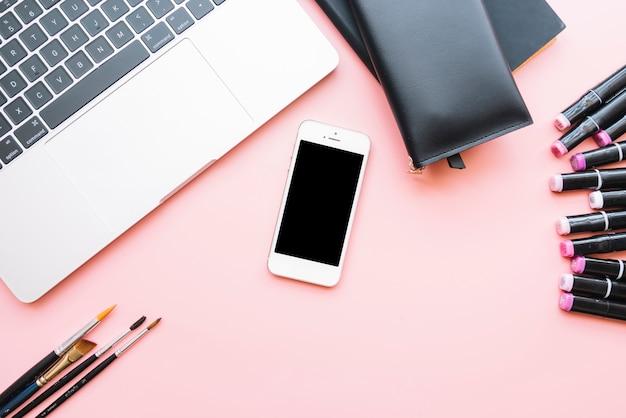 Composizione moderna scrivania ufficio con dispositivo tecnologico