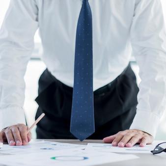 Composizione moderna ufficio con uomo d'affari