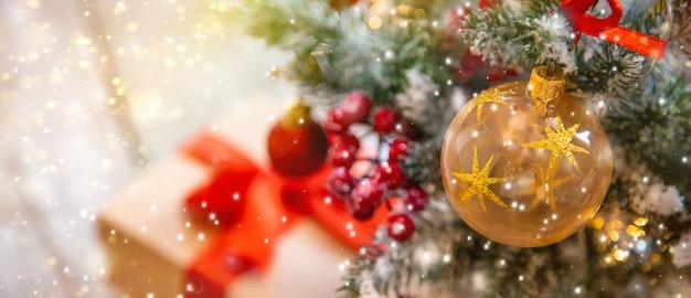 Composizione natalizia con bellissime decorazioni