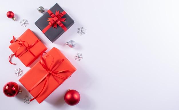 Composizione natalizia. regali di natale rossi e neri